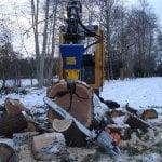 Der Bagger von Volvo bei der Forstarbeit mit einem aufgesetzten Kegelspalter von Deitmer
