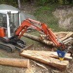 Das Baugerät von Kubota zerkleinert dicke Stämme schnell und einfach mit dem Holzspalter DKS140