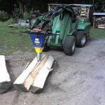 Deitmer Holzspalter an einem Traktorarm von Avant