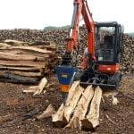 Ein DKS170 zerkleinert lange Holzstämme