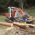 Ein Bagger von Kubota spaltet schnell und einfach lange Holzstämme mit dem DKS140
