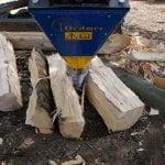DKS140 beim Spalten von Holzblöcken