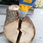 So funktioniert das Spalten von Holzstämmen. Die Kegel teilen den Stamm in der Mitte durch und zerlegen ihn in zwei Teile